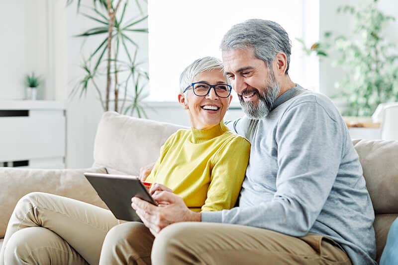 800x534 couple looking at tablet istock 1206058941